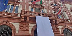 Immagine del lenzuolo bianco nella facciata dell'Ateneo